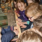 Schoolkinderen komen op bezoek